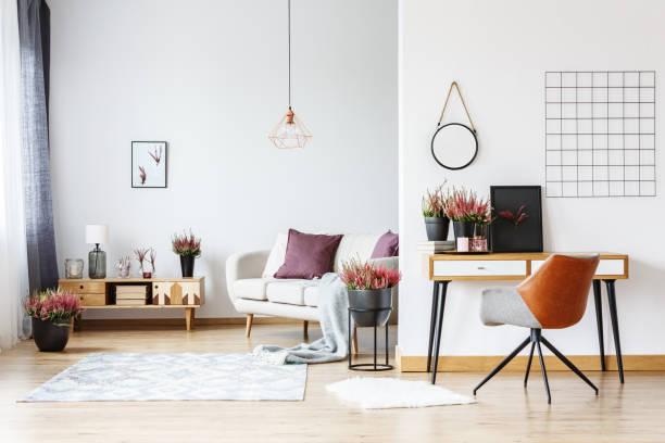 arbeitsbereich in hellen wohnzimmer - hellrosa zimmer stock-fotos und bilder
