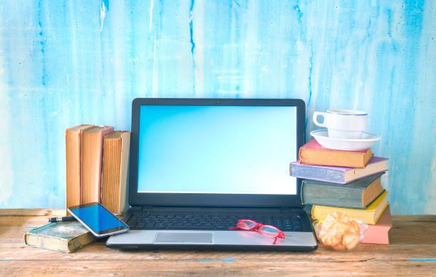 Arbeitsbereich einer kreativen Person, Bücher, Laptop, Smartphone, Kreativität Business Mockup, guter Kopierraum – Foto