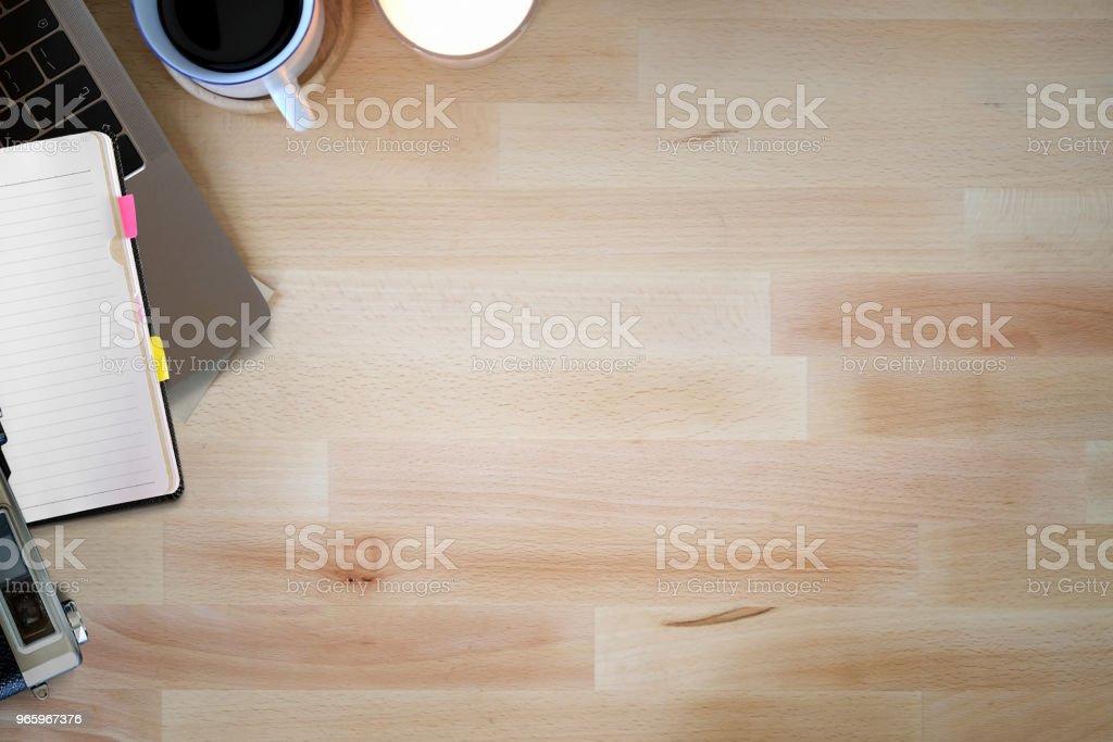 Arbeitsbereich mit Laptop, Notebook und Kaffee-Becher. Arbeitsplatz und Kopie Raum - Lizenzfrei Arbeiten Stock-Foto