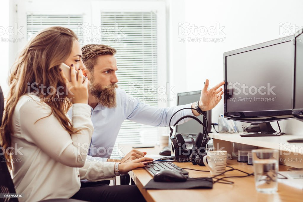 Collega in kantoor werken op desktop computer - Royalty-free Alleen volwassenen Stockfoto