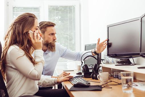 Collega In Kantoor Werken Op Desktop Computer Stockfoto en meer beelden van Alleen volwassenen