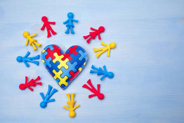 World Autism Awareness Day, Konzept der psychischen Gesundheit mit Puzzle oder Puzzle Muster auf dem Herzen mit Kinderfiguren – Foto