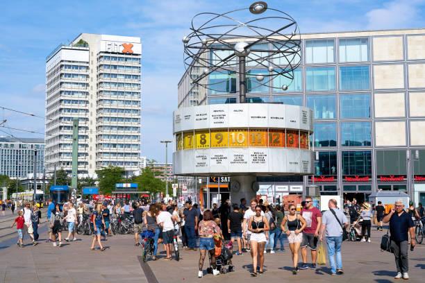 weltzeituhr auf dem alexanderplatz in berlin - weltzeituhr stock-fotos und bilder