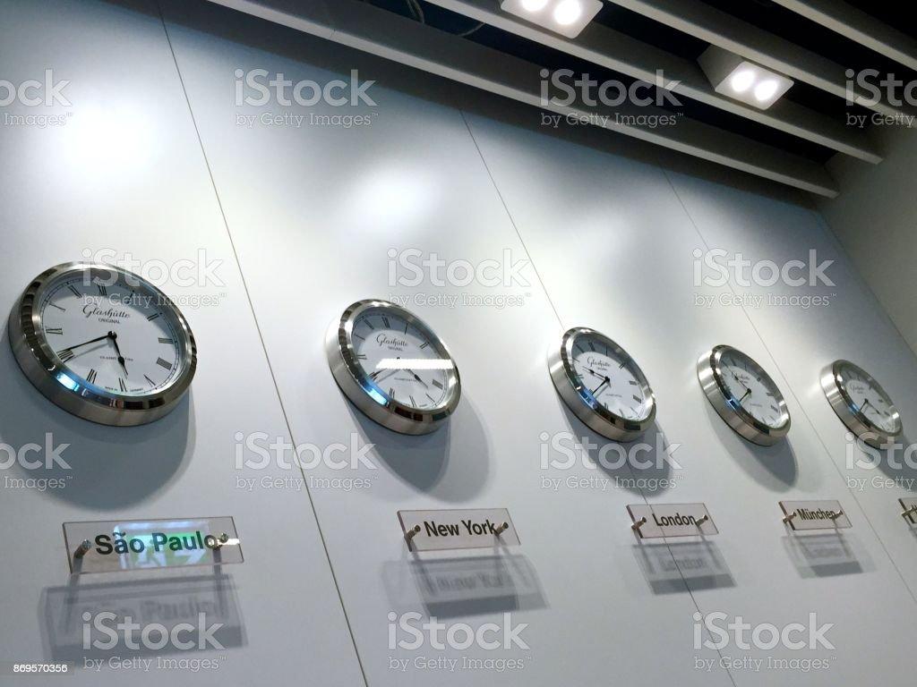 Photo Libre De Droit De Horloges Du Monde Banque D Images Et Plus D Images Libres De Droit De Affaires Istock