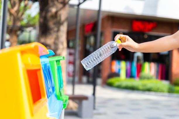 Welt-Umwelttag Konzept. Frau Hand halten und Inbetriebnahme Plastikflasche Müll Müll Müll. – Foto