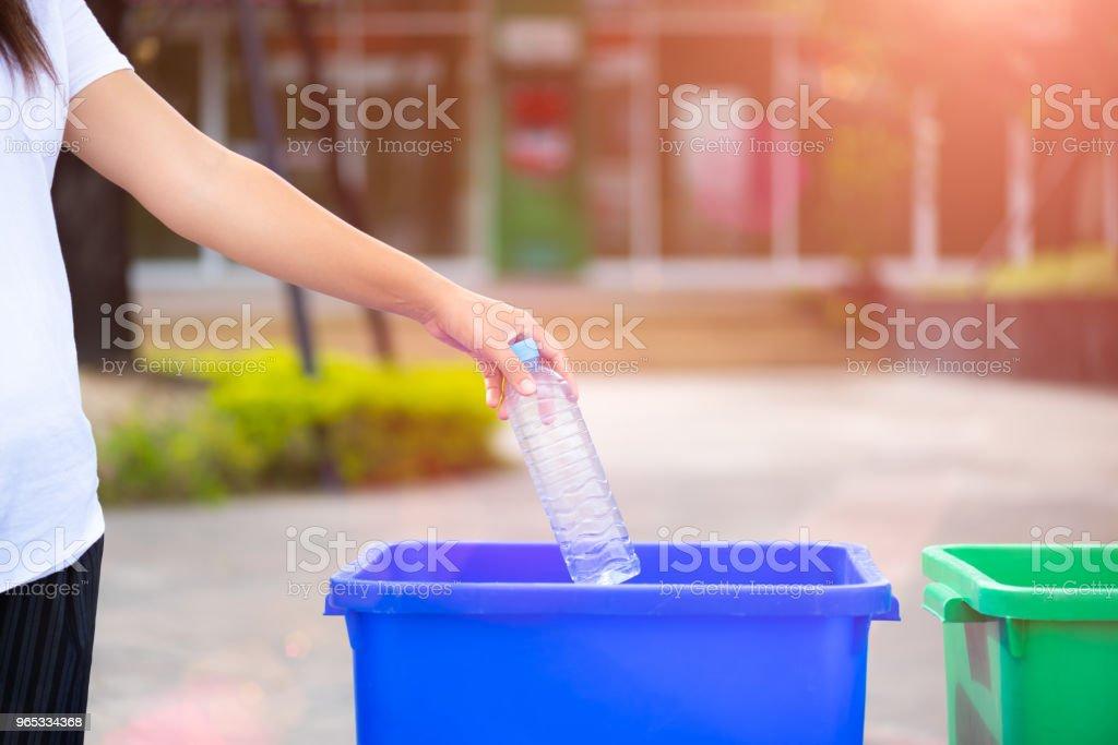 World Environment Day, 5 juin. Main de femme tenant et mettre les déchets de bouteilles en plastique dans la poubelle des ordures. - Photo de Activité avec mouvement libre de droits