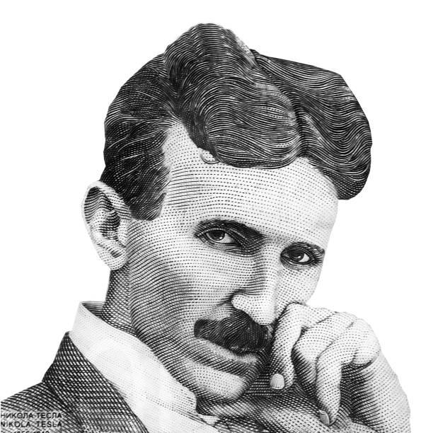weltberühmter erfinder nikola tesla-porträt isoliert auf weißem hintergrund. schwarz-weiß-bild - berühmte physiker stock-fotos und bilder