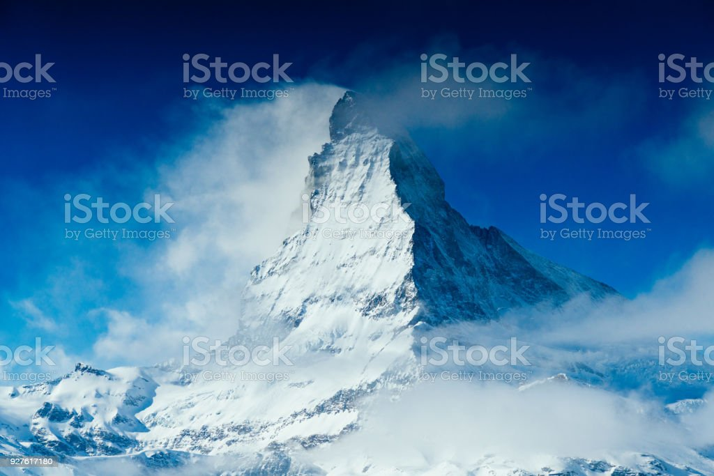 Weltweit berühmte Berggipfel Matterhorn über Zermatt Stadt der Schweiz, im winter – Foto
