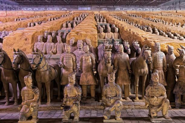 wereldberoemd terracotta leger gelegen in xian china - mausoleum stockfoto's en -beelden