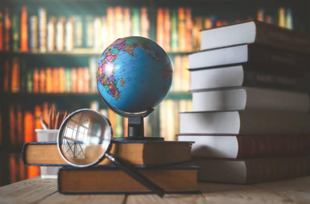 Weltglobe auf dem Buckel. Schulkonzept – Foto