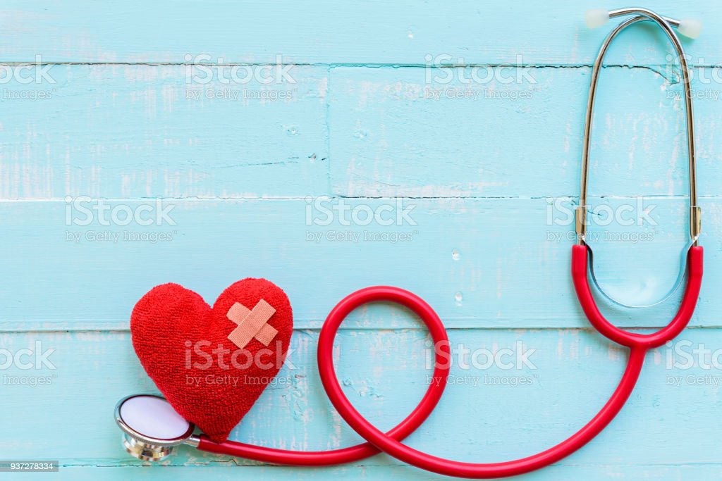 Weltgesundheitstag, Gesundheits- und medizinische Konzept. Stethoskop und rotes Herz auf Pastell weiß und blau Holztisch Hintergrund Textur. – Foto