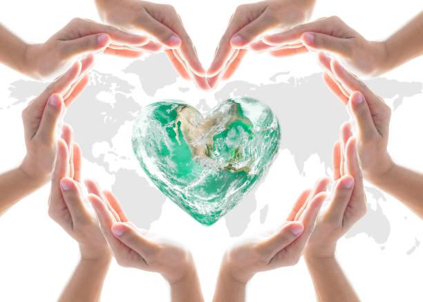 världsdagen för hjärtat och miljöskydd koncept med kärlek jorden i gemenskapen volontärens händer. element av denna bild från nasa - earth from space bildbanksfoton och bilder