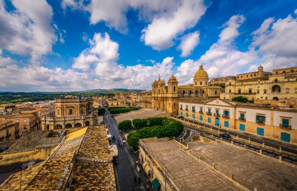 world heritage street in noto - noto sicilië stockfoto's en -beelden