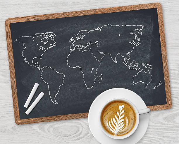 weltkarte und kaffeetasse - www kaffee oder tee stock-fotos und bilder
