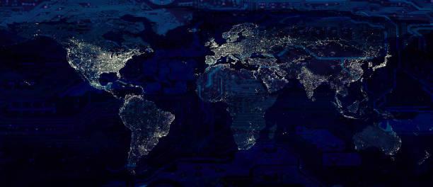 Weltkarte Stadtbeleuchtung und dunkle Motherboard hi Technologie konzeptionelle Collage. Elemente dieses Bildes von der NASA zur Verfügung gestellt. – Foto