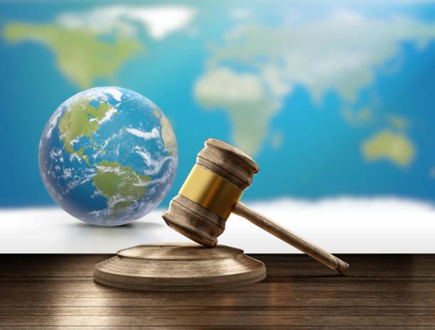 Welt Karte Planeten Erdkugel und hölzernen Richter Hammer 3d-Illustration. Elemente dieses Bildes, eingerichtet von der NASA – Foto
