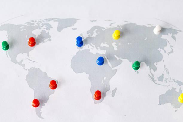 mapa do mundo com pinos de puxar - mapa mundi imagens e fotografias de stock