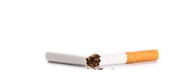 Internationale Nichtrauchertag statt:  Gebrochene Zigarette, isoliert auf weiss – Foto