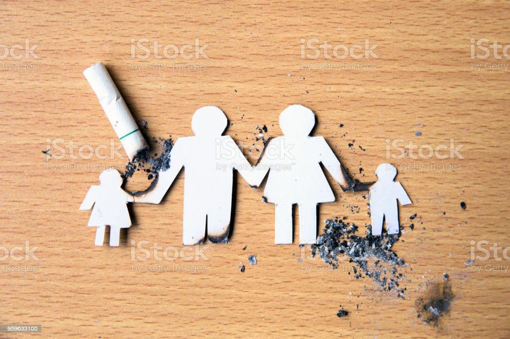 mundo ningún día del tabaco. Cortar el papel de miembros de la familia de la mano, destruido por cigarrillos. - Foto de stock de Adicción libre de derechos