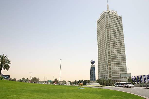 world trade centre an der sheikh zayed road in dubai - sheikh zayed road stock-fotos und bilder