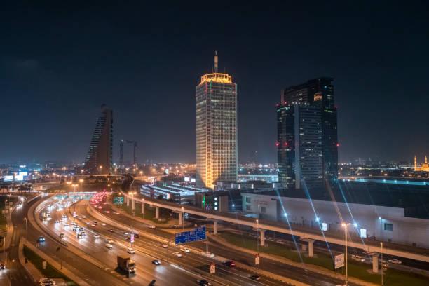 world trade centre, dubai, in der nacht - sheikh zayed road stock-fotos und bilder