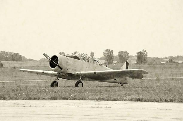 world war ii airplane - vliegveld stockfoto's en -beelden