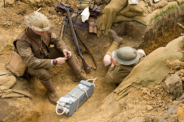 guerre mondiale :  les soldats dans un trench-coat. - guerre 14 18 photos et images de collection