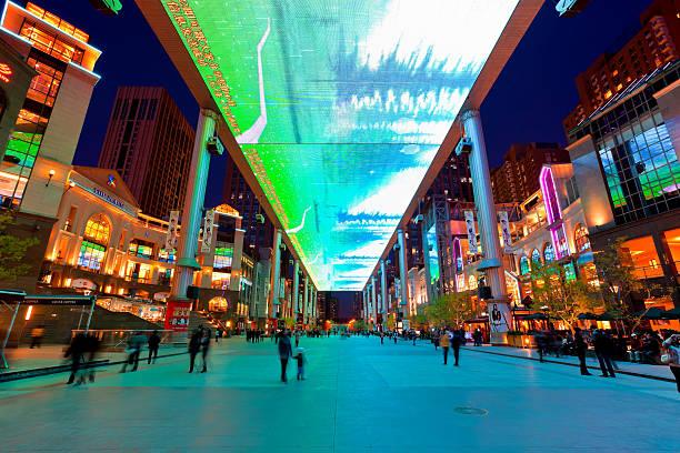weltweit größte lcd-bildschirm in peking, china - große leinwand stock-fotos und bilder