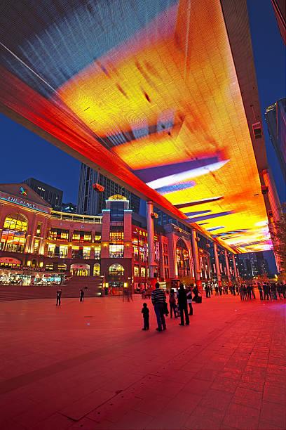 weltweit größte lcd-bildschirm in peking, china - größte städte der welt stock-fotos und bilder
