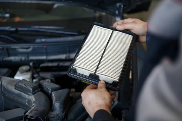 abgenutzte innenraumfilter der auto klimaanlage - luftfilter stock-fotos und bilder