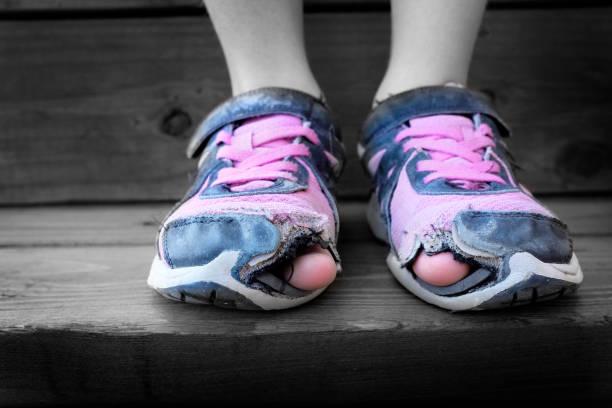 versleten oude schoenen met gaten in de tenen - slechte staat stockfoto's en -beelden