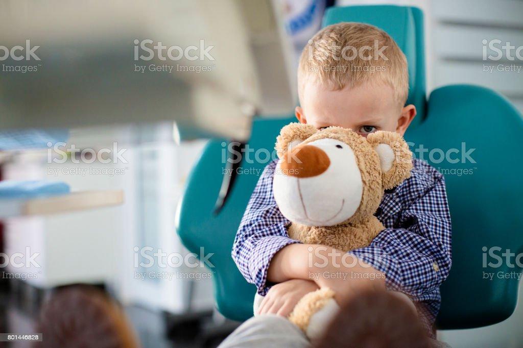 Besorgt junge hielt einen Teddybär in seinen Armen Zahnärzte Büro - Lizenzfrei Arzt Stock-Foto