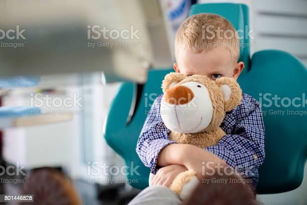 Besorgt Junge Hielt Einen Teddybär In Seinen Armen Zahnärzte Büro Stockfoto und mehr Bilder von Arzt