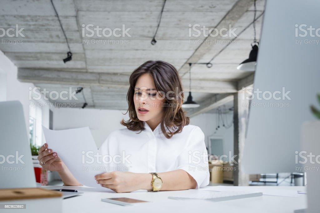 Sorge Geschäftsfrau Lesen ein Dokument – Foto