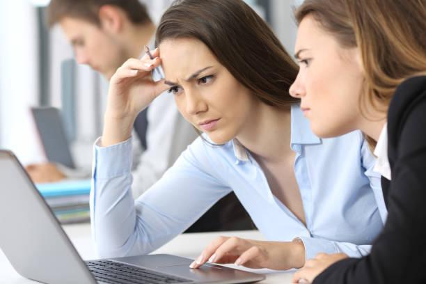 besorgt geschäftsfrauen online arbeiten - fehlermeldung stock-fotos und bilder