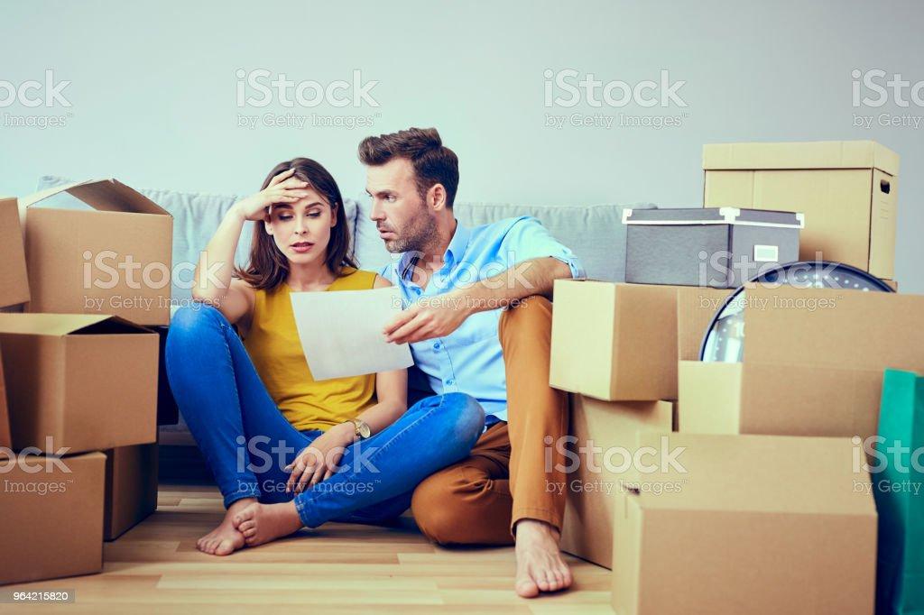 Couple inquiet lu contrat après avoir déménagé à la nouvelle maison - Photo