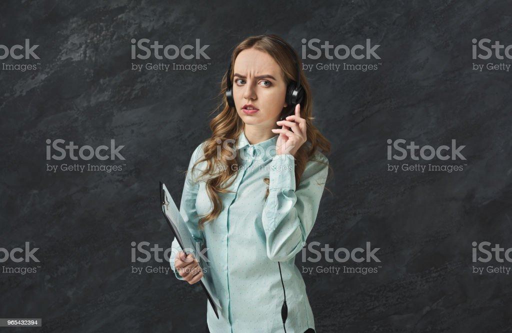 Kunden Support Mitarbeiter sprechen besorgt - Lizenzfrei Am Telefon Stock-Foto
