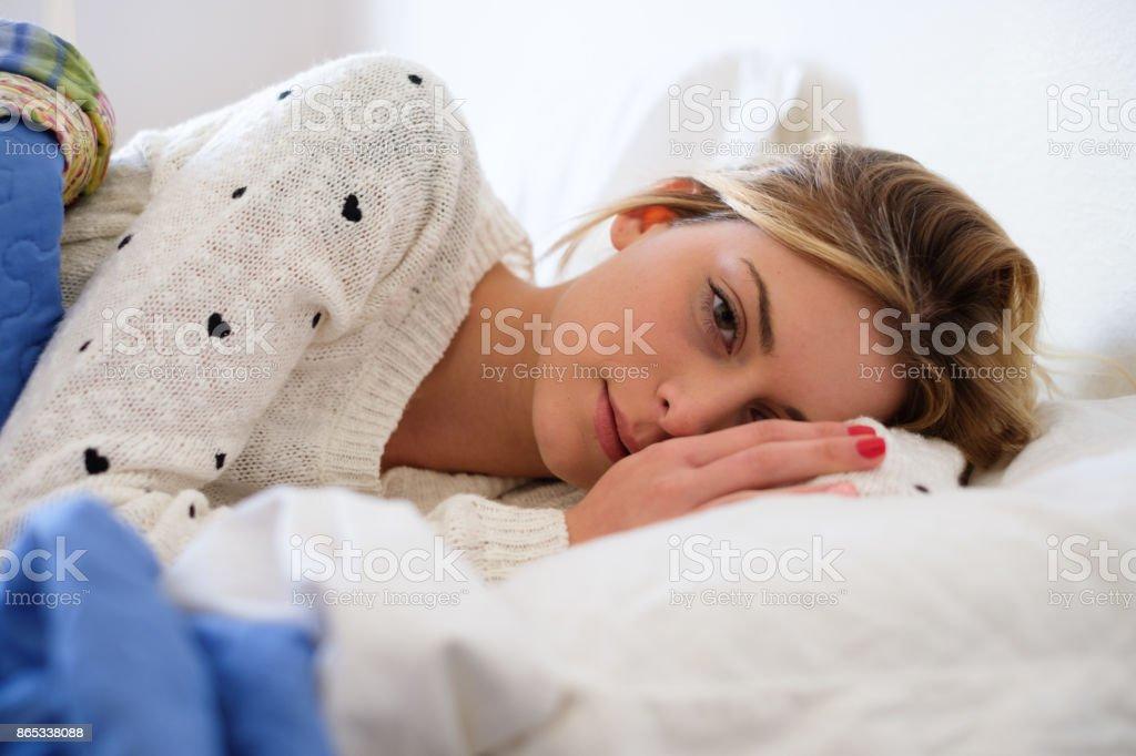 Chica preocupada acostado en la cama, tener que despertar - foto de stock