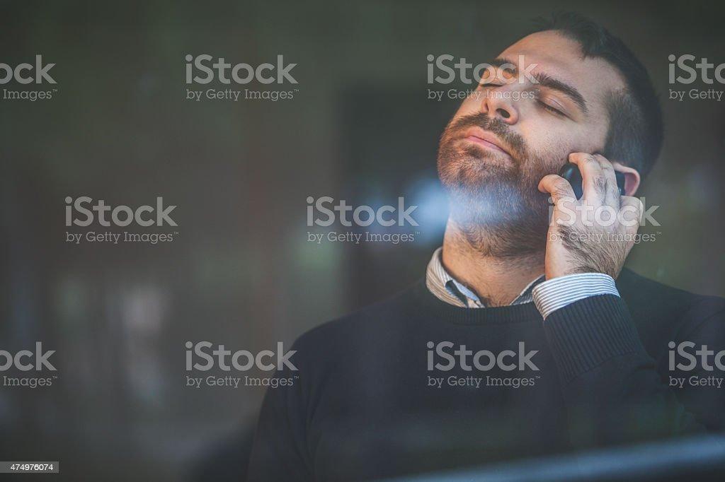 Inquiet de l'homme au téléphone: bad nouvelle - Photo
