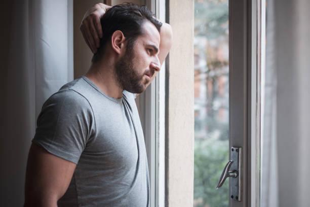 Besorgt Mann sah nachdenklich aus Fenster – Foto