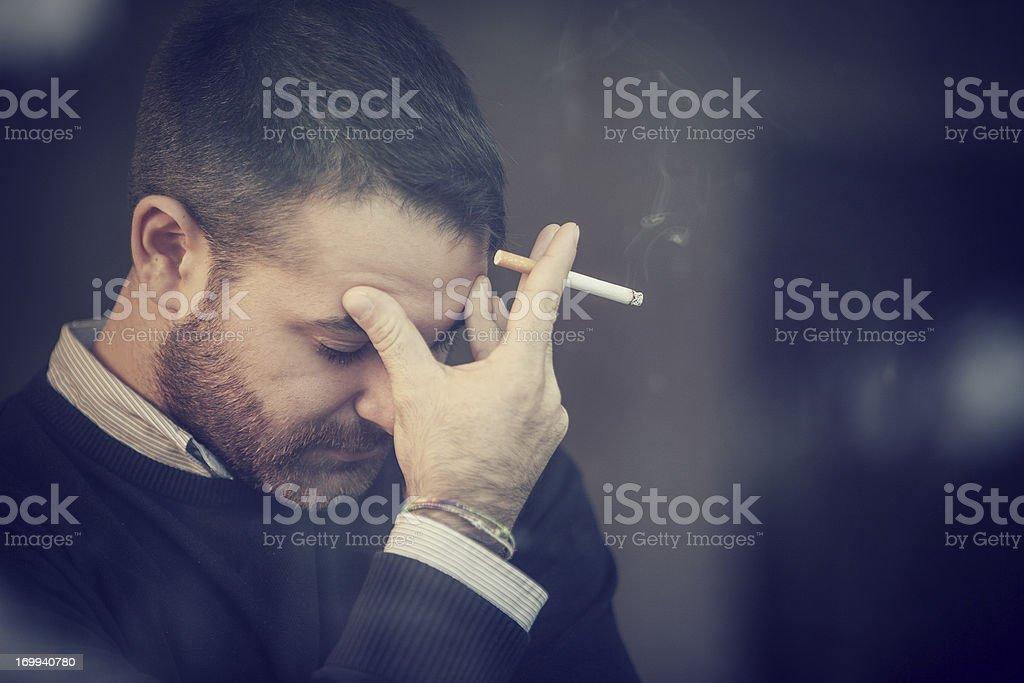 Besorgt Mann Rauchen einer Zigarette – Foto