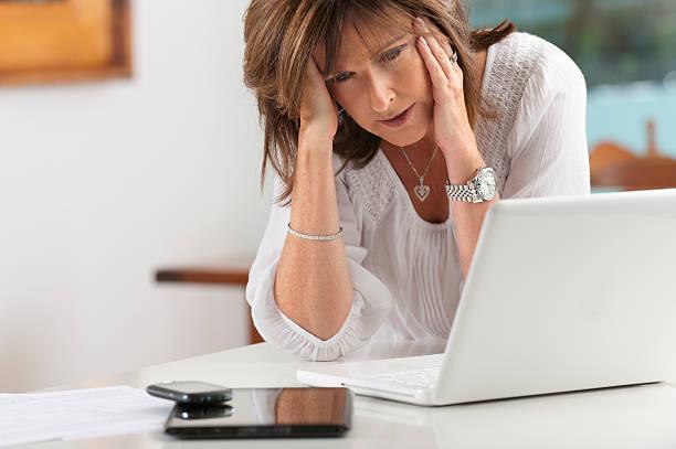 preocupado mulher madura com tecnologia - senior business woman tablet imagens e fotografias de stock