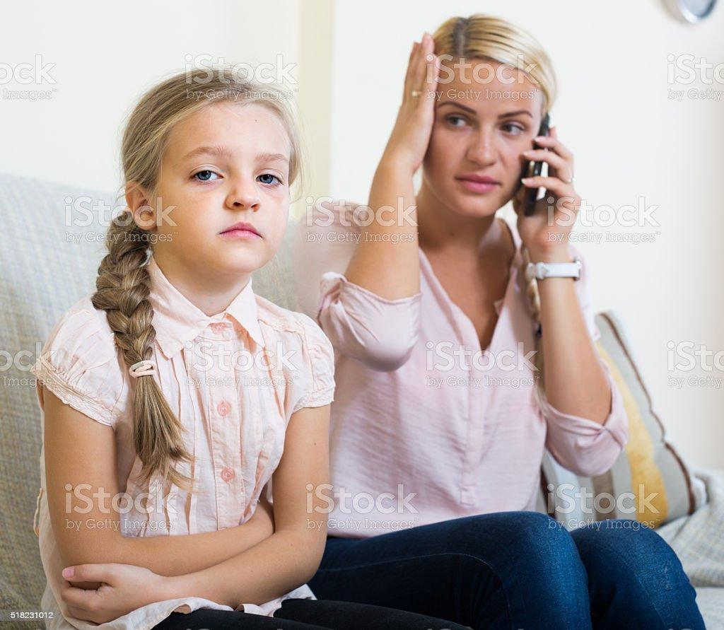 Inquiet mère appelant le médecin pour fille avec des douleurs abdominales - Photo