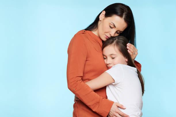 Besorgte Mutter umarmt und consoling ihre kleine Tochter. Konzept der Familienbeziehungen. – Foto