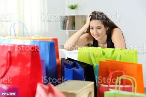 Besorgt Shopaholic Frau Nach Mehreren Käufen Stockfoto und mehr Bilder von Aussuchen