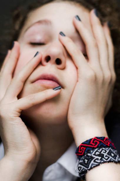 besorgt teenager-mädchen - canda armband stock-fotos und bilder