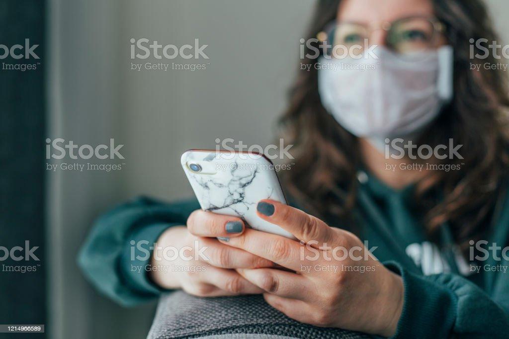 Besorgte Frau liest Nachrichten am Telefon - Lizenzfrei Am Telefon Stock-Foto