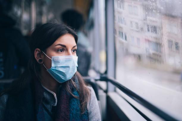 バス輸送で保護フェイスマスクを持つ心配している女性。 - マスク ストックフォトと画像
