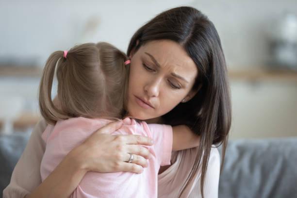 oroliga unga fostermor tröstande omfamna adoptivbarn dotter - emotionellt stöd bildbanksfoton och bilder