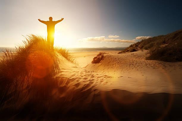 religiös'und lob an einem strand - gott sei dank stock-fotos und bilder